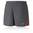 Pantalón corto Mizuno Premium Aero Square 4.5 gris tornado y naranja hombre